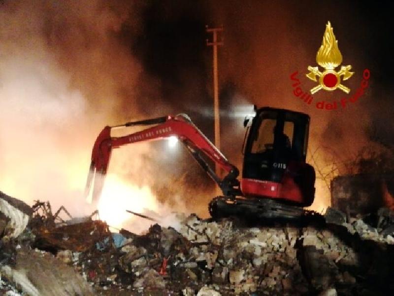 https://www.lacicala.org/immagini_news/03-07-2019/roma-in-fiamme-una-discarica-abusiva-contenente-rifiuti-tossici-600.jpg